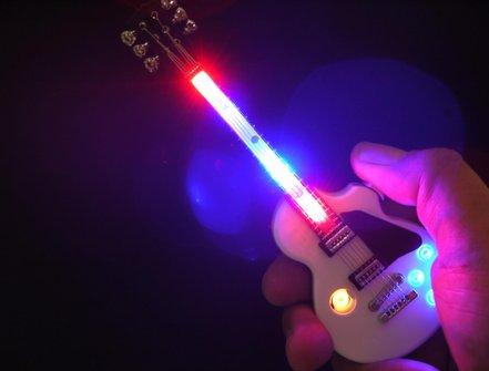 """CHAMP Spiral-Batterie-Anzünder """"Guitar"""" schwarz/weiß sort."""