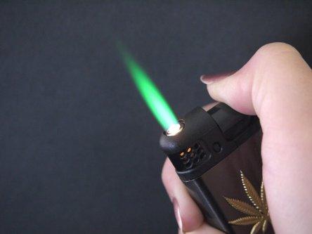 """CHAMP Turbo-Feuerzeug """"Canabis"""" mit grüner Flamme, sortiert"""